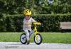 niño montando una bici de equilibrio