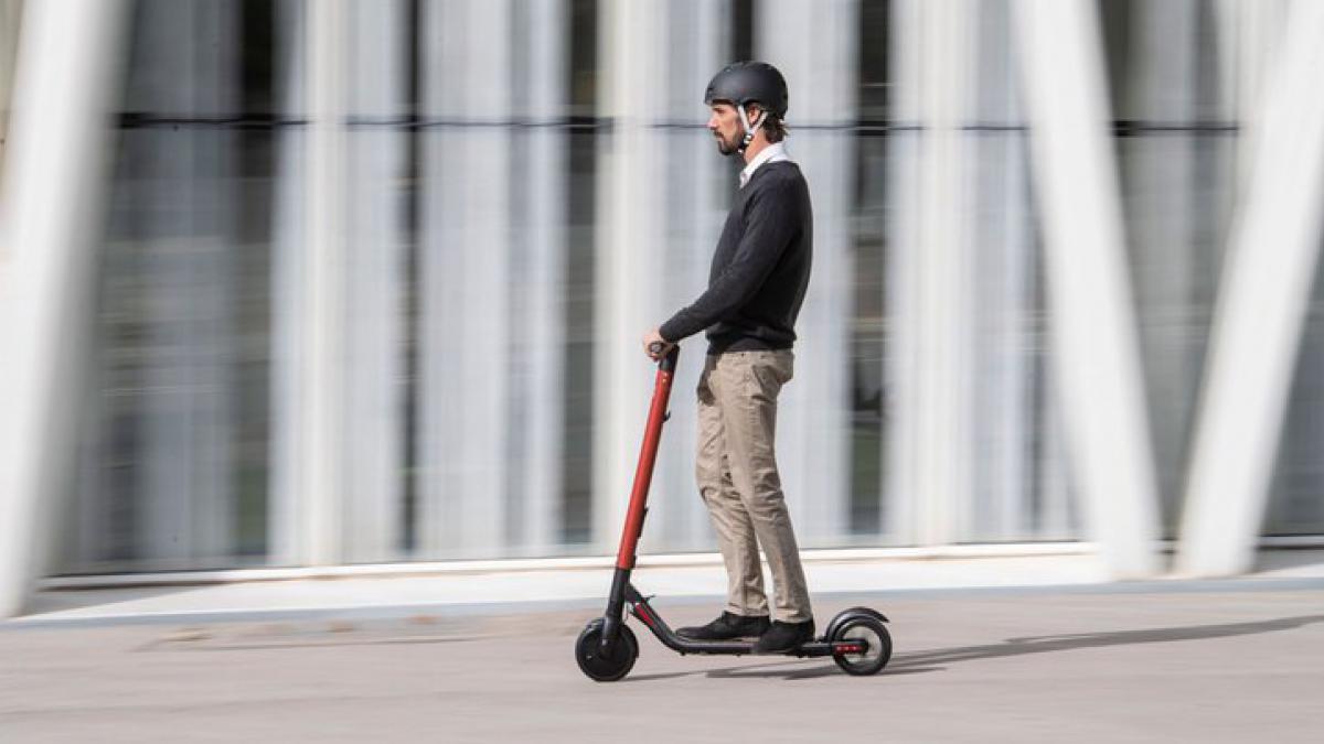 conducir un scoooter eléctrico para adultos